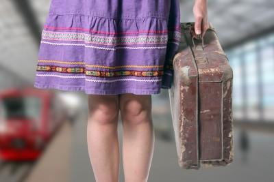 レトロスーツケースを持って旅立つ女性