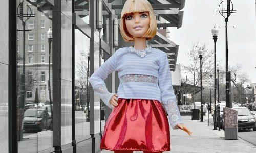 ミニスカート姿のバービー