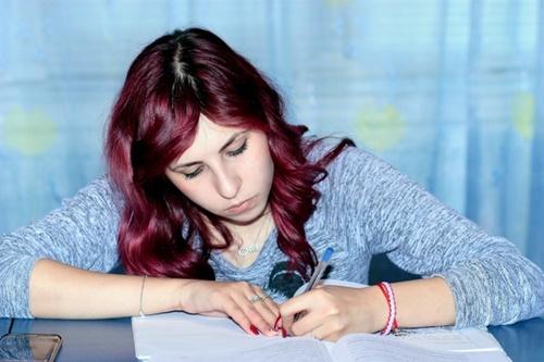 試験勉強をしている少女