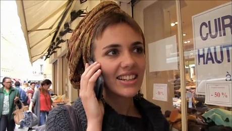 カミーユ電話中