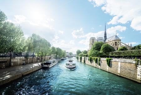 セーヌ川とノートルダム・ド・パリ