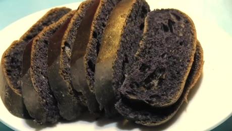 イカスミと芥子のクリームのパン