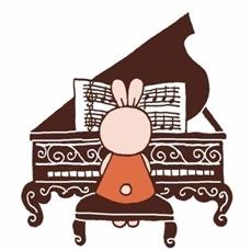 ピアノに向かうマサウサさん