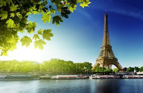 パリのエッフェル塔とセーヌ川