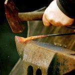 フランス語のことわざ62~鉄を鍛えていればこそ鍛冶屋になる(習うより慣れろ)