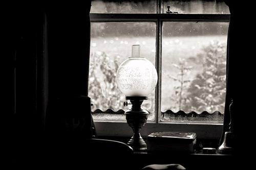 窓際のオイルランプ