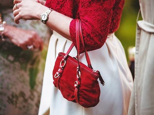 赤いハンドバッグ