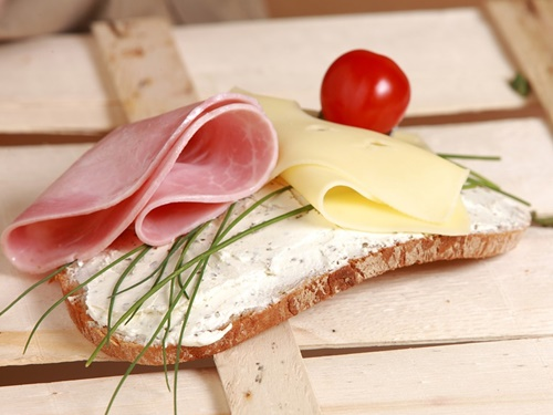 ハムをのせたパン