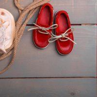 貝殻と赤い靴