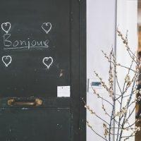 ボンジュールと書かれたドア