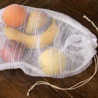 布のメッシュ袋に入れたフルーツ