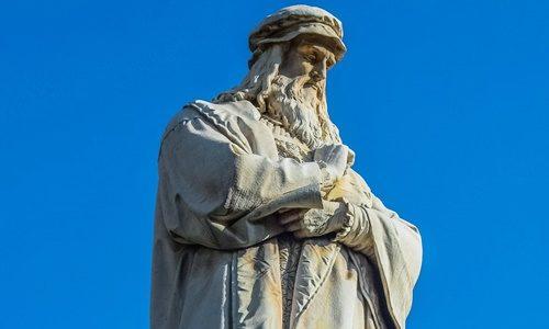 レオナルド・ダ・ヴィンチの像