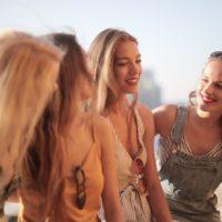 4人の若い女性