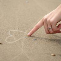 ハートを描く指