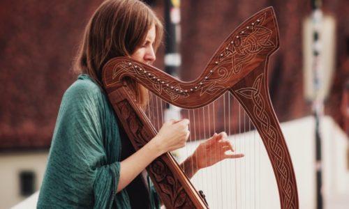 アイリッシュハープを弾く女性