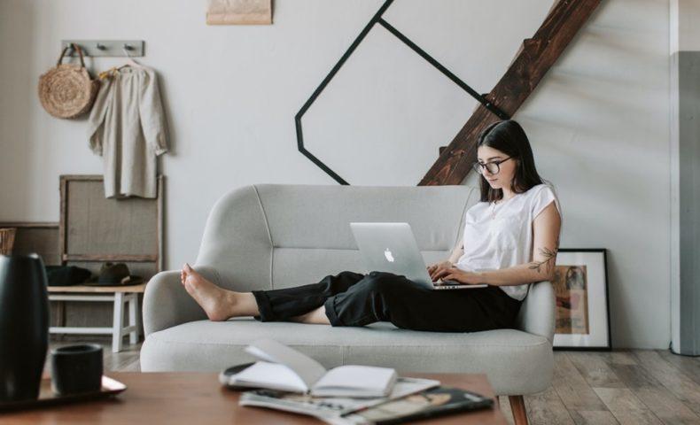 パソコンに向かっている若い女性