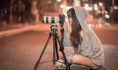 写真を撮っている人
